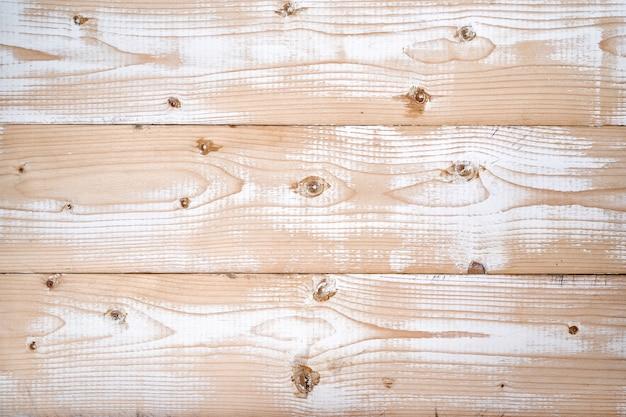 白いペンキの痕跡と光の新鮮な木の板。自然な風合い