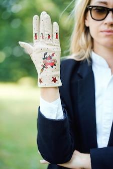 그려진 된 붉은 마음으로 가벼운 장갑