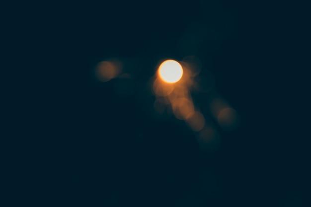 暗い背景で輝く光
