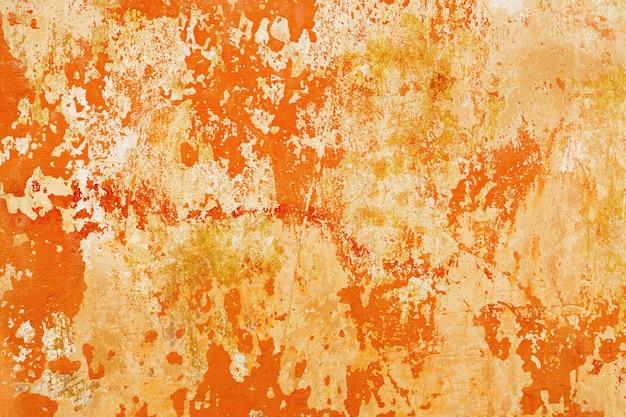 노란색 주황색 빨간색 균열 필링 페인트가 있는 밝은 회색 시멘트 벽. 그런 지 빈티지 추상적인 배경입니다.