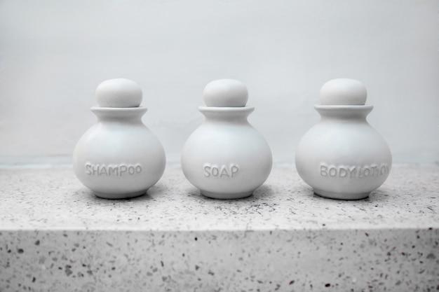 목욕 제로 웨이스트 컨셉을 위한 밝은 회색 세라믹 액세서리