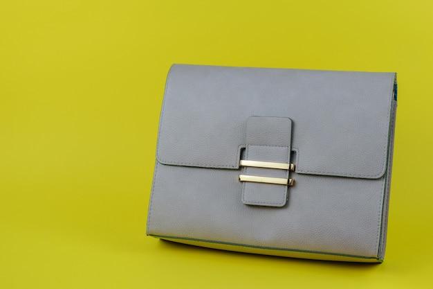 ライトグレーのレディースバッグ。現代の女性の革小物。