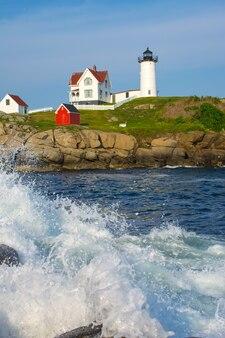 푸른 하늘과 바위 바다 해안에 라이트 하우스.