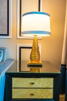 Светлая лампа на столе с подушкой и диваном
