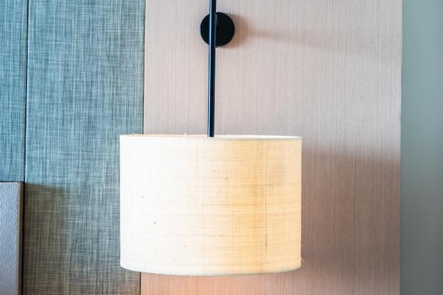 벽 장식 인테리어에 램프