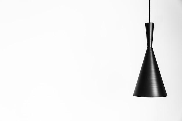 흰 벽에 램프