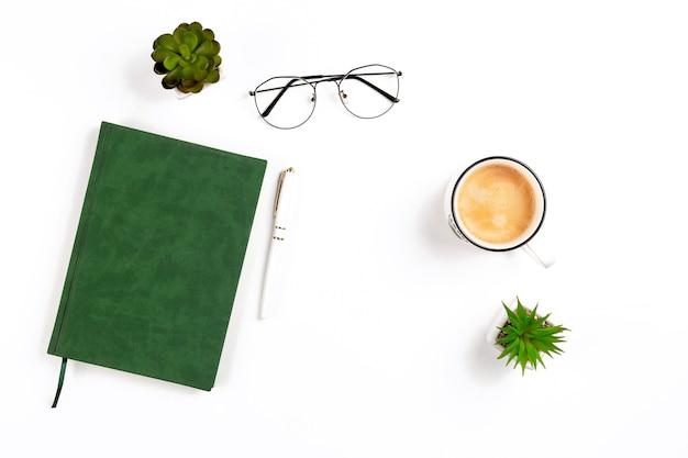 コーヒーノートブックペングラスとポットを備えた白い職場での製品プレゼンテーション用の軽いモックアップ...
