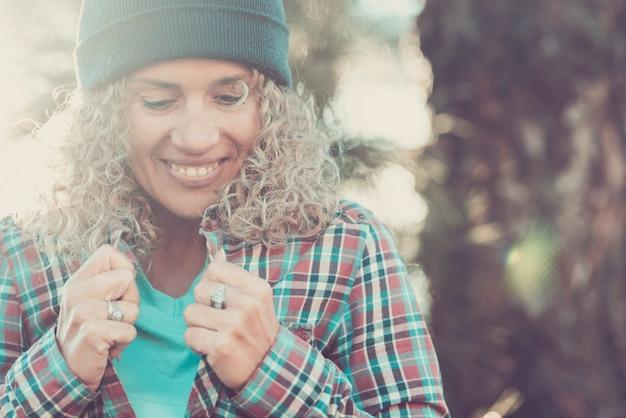 明るい気分は笑顔と見下ろしている美しい女性の肖像画を着色します-アウトドアレジャー活動を一人で楽しむきれいな女性の概念-自然のボケ味の背景 Premium写真