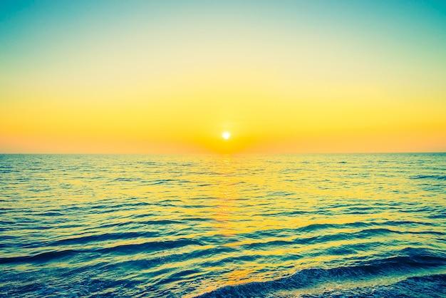 光朝の明るい風景空