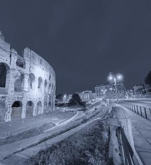 夜のコロッセオの光、ローマ。