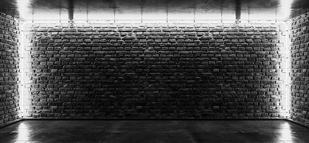 그런 지 벽돌 벽에 네온 튜브의 빛