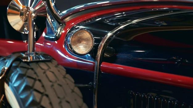 古いヴィンテージ車の側面図の光