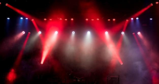 콘서트 전에 빈 무대에서 빛.