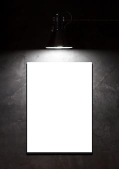 콘크리트 벽 위의 빈 보드에 있는 빛