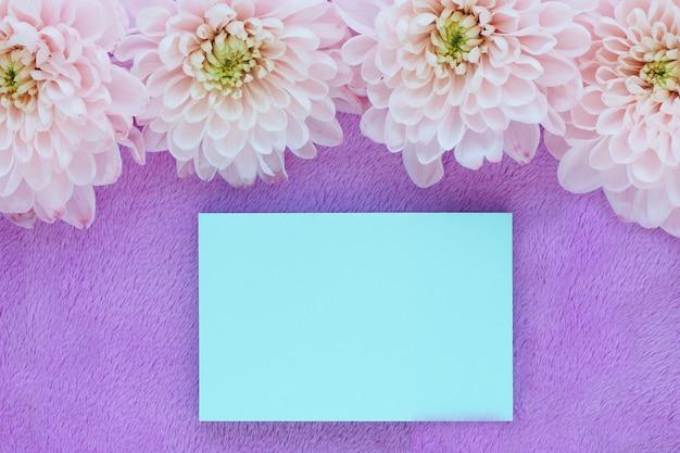 淡いピンクの菊の花と青いステッカーノート