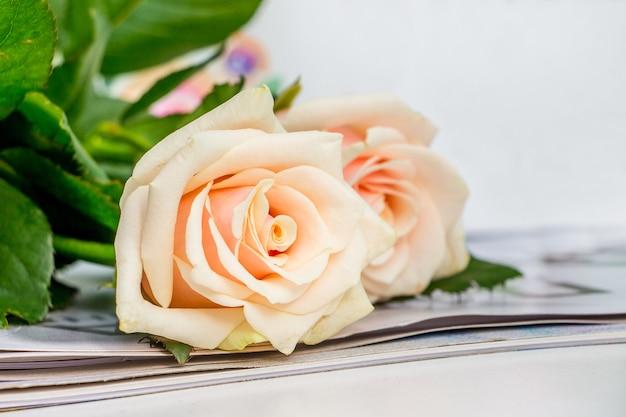 誕生日プレゼント用の淡いピンクのバラ