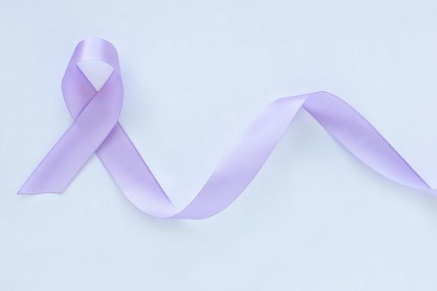 Светло-фиолетовая лента на белой поверхности