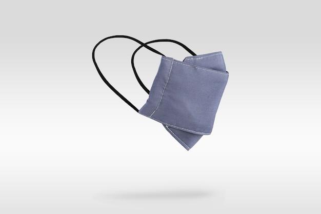 浅紫蓝色织物口罩在灰色背景