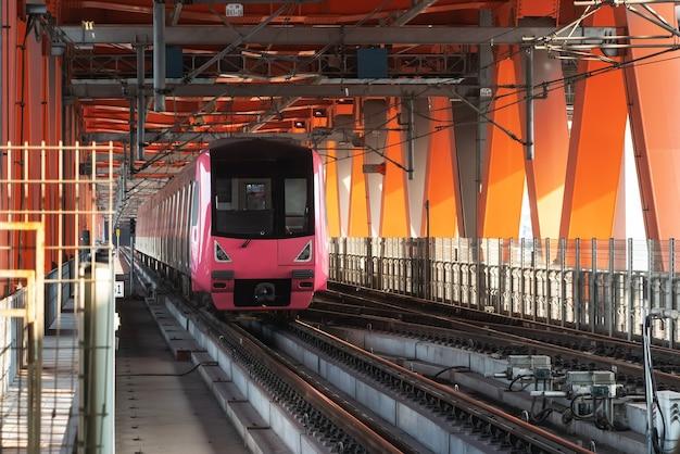 중국 충칭 철도 교량에서 고속으로 달리는 경전철 프리미엄 사진