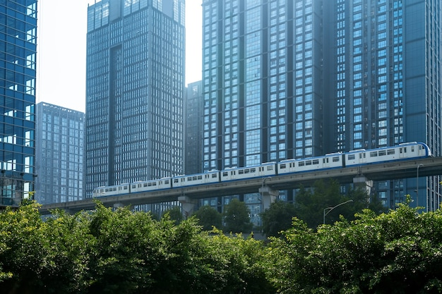 경전철은 중국 충칭의 교량에서 고속으로 운행됩니다.