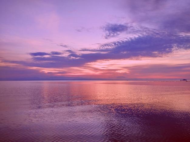 아침 시간에 바다 물 파도 위에 빛의 반사