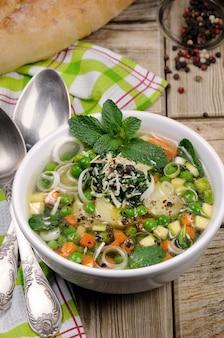 당근, 호박, 감자, 리크, 완두콩, 페스토, 파르메산 치즈, 민트 잎으로 만든 가볍고 상쾌한 수프.