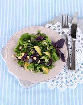 ナプキンのプレートに軽いサラダ