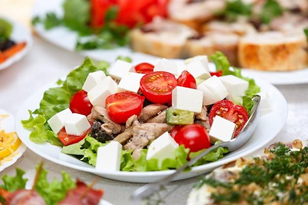 Легкий салат с сыром, петрушкой и специями