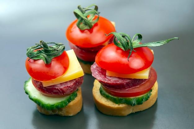 野菜、チーズ、ソーセージで作った軽いサンドイッチ。ファーストフードと朝食