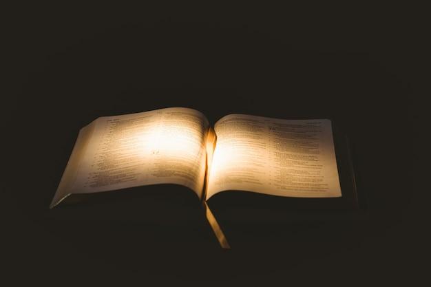 Свет, светящийся на открытой библии