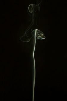 검은 배경에 빛 연기