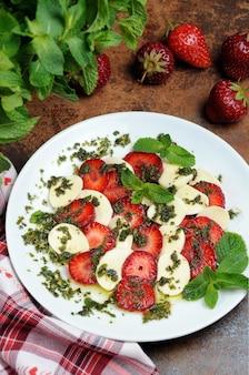 딸기와 모짜렐라 드레싱 민트 페스토를 곁들인 가벼운 스낵 카프레제