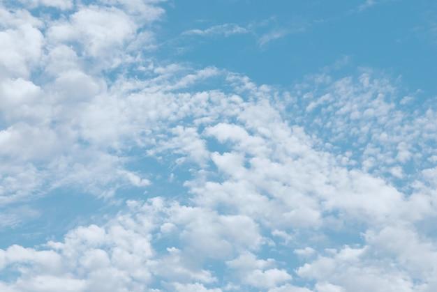 Легкие летние перистые облака в голубом небе