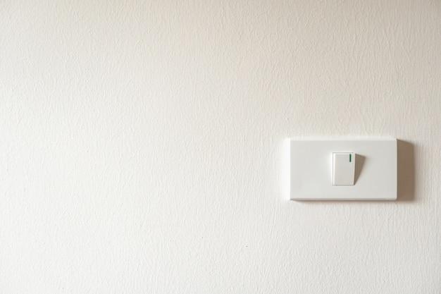 白い壁のライトスイッチ