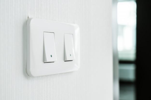 壁のライトスイッチ
