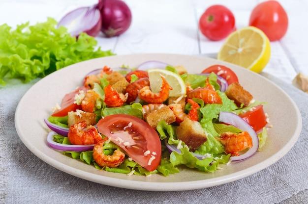 エビ、レタス、ニンニク、クルトンの軽くておいしいサラダ