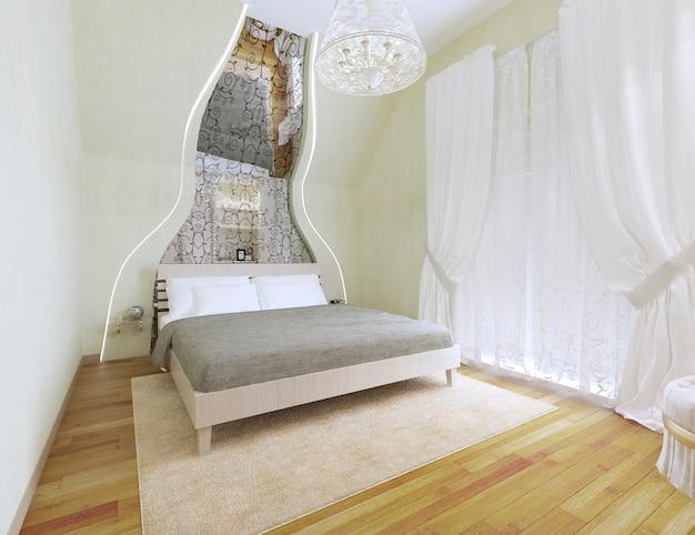 Спальня в светлых тонах со сводчатым потолком.