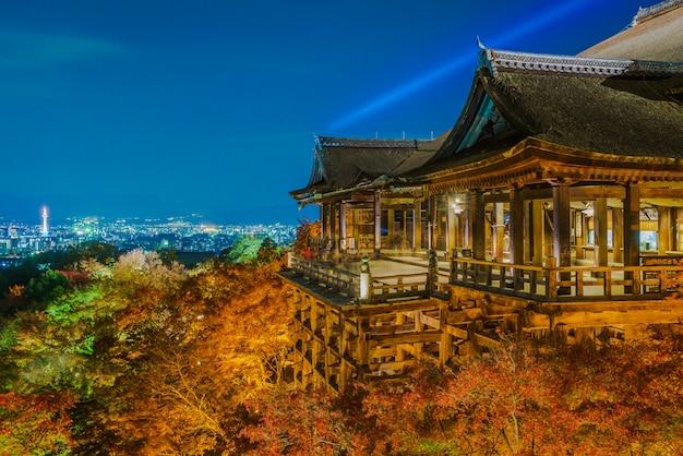 清水寺tで美しい建築でレーザーショーを点灯