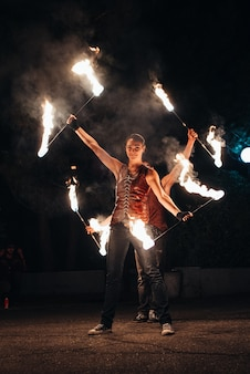 人々の参加で夜の火のショーを照らし、光を当て、そして直火