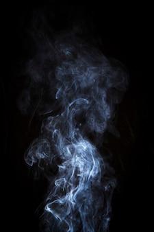 검은 배경 위에 밝은 흰색 연기