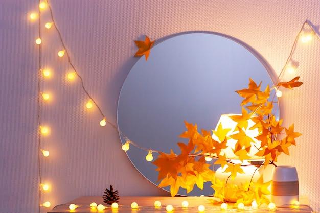 Белая минималистичная интерьерная полка для гостиной с гирляндой light и кленовыми листьями