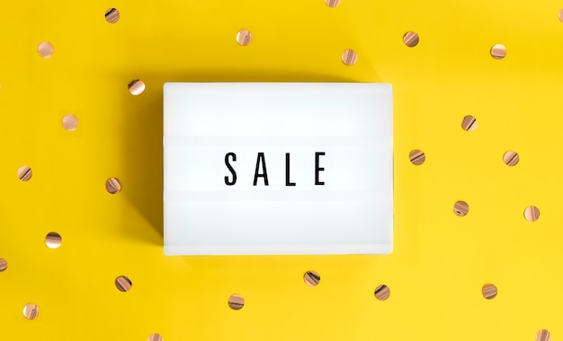 사인 판매 라이트 박스는 노란색 축제 배경에서 시작됩니다. 컨셉 세일, 블랙 프라이데이, 사이버 월요일