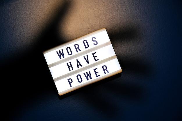 Words have power라는 텍스트가 있는 라이트박스. 동기 부여 단어는 개념을 인용합니다. 화려한 배경입니다. 최소한의 창의적인 개념입니다.
