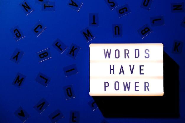 テキストwordshavepowerのライトボックス。やる気を起こさせる言葉は概念を引用します。カラフルな背景。ミニマルなクリエイティブコンセプト。