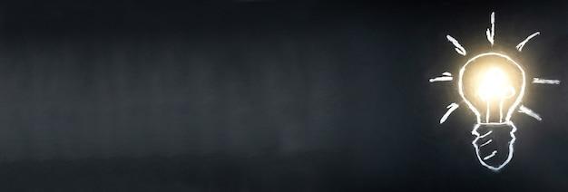 黒板にチョークで描かれた電球
