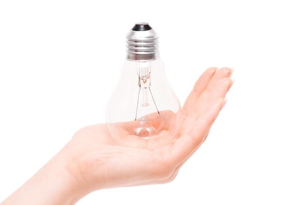 Лампочка в руке, изолированные на белом