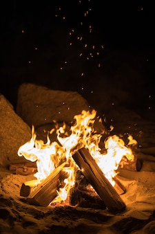 火のついた焚き火