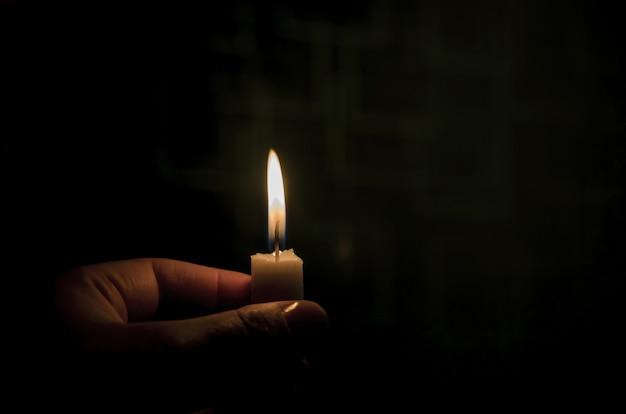 어둠 속에서 켜진 촛불