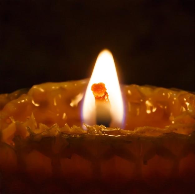 어두운 배경에 조명이 벌집 촛불.