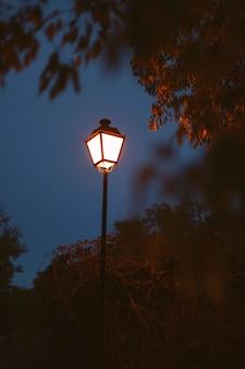 Освещенный фонарь на синем небе